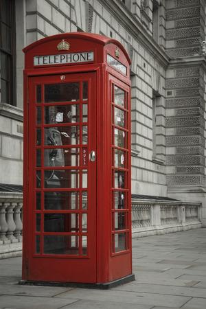 Skrzynka telefoniczna na londyńskiej ulicy.
