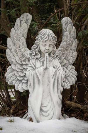 statue of angel in a cemetery Standard-Bild