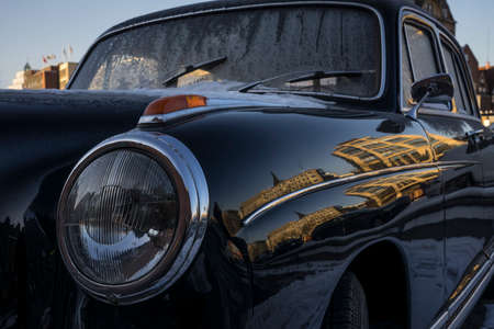 classic car with snow heart Standard-Bild