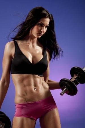 culturista: Foto del estudio del bodybuilder femenino atractivo ejercicio.