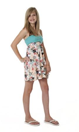 sandalias: Niña de 14 años en traje de verano sobre fondo blanco