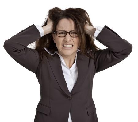 Geschäftsfrau mit den Händen auf dem Kopf und das Aussehen der Frustration, auf weißem Hintergrund. Standard-Bild