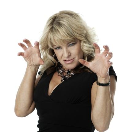 garra: Mediados de los adultos mujer rubia con expresi�n enojada y las manos levant� en gesto de garra, sobre fondo blanco.
