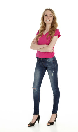 jeans apretados: Foto integral de altura, de pie, bastante adolescente en el fondo blanco