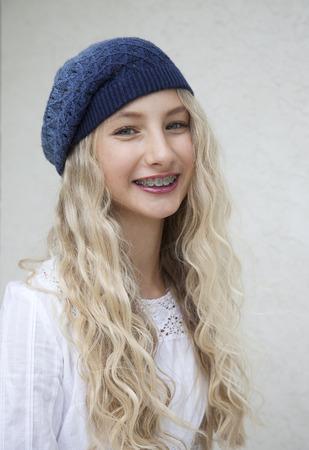 ortodoncia: Foto de la hermosa joven rubia con los apoyos Foto de archivo