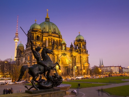 dom: BERLIN, ALLEMAGNE - 12 novembre Cr�puscule � la cath�drale de Berlin Berliner Dom le 12 Novembre 2011 cath�drale a �t� construite avec des briques et depuis reconstrucion at1905 de gr�s Sil�sie
