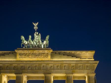 light up: Illumina la notte a La quadriga della Porta di Brandeburgo a Pariser Platz, nel quartiere Mitte di Berlino, Germania.
