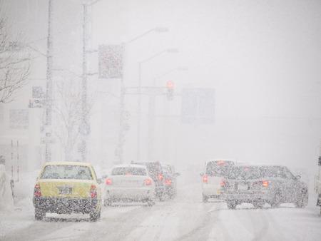 zichtbaarheid: Blizzard op de Weg en de slechte zichtbaarheid in Hokkaido, Japan.