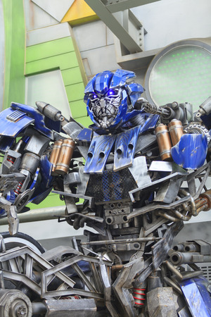 SINGAPORE, OCT 11, 2012 : Transformers Autobot statue display to audience in Universal Studios Singapore on October 11, 2012 in Resort World Sentosa, Singapore. Editoriali