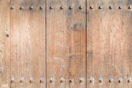 puertas de hierro: Degradado de edad textura de madera bordo con remaches de hierro, tornillos. (Para su uso como un fondo)