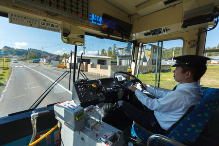 岩手県-10 月 27, 2012年: 正体不明日本バス運転手平泉駅から中尊寺へのバスの運転。バスは、日本の田舎の最も重要な公共交通機関システムの 1 つです。 写真素材 - 54390329