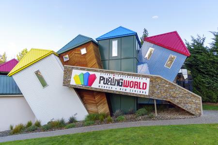 psychic: Wanaka, Nueva Zelanda âMAY 7, 2016: Fachada del enigmático mundo de Stuart Landsborough en Wanaka, Nueva Zelanda. Desconcertante Mundial ofrece la 3-D gran laberinto, ilusión habitaciones y el intrigante desafío psíquico. Editorial