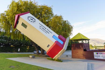 psychic: Wanaka, Nueva Zelanda âMAY 7, 2016: Torre inclinada de desconcierto Mundial de Stuart Landsborough en Wanaka, Nueva Zelanda. Desconcertante Mundial ofrece la 3-D gran laberinto, ilusión habitaciones y el intrigante desafío psíquico.