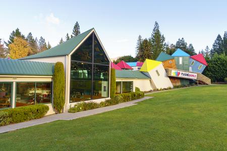 psiquico: Wanaka, Nueva Zelanda �MAY 7, 2016: Fachada del enigm�tico mundo de Stuart Landsborough en Wanaka, Nueva Zelanda. Desconcertante Mundial ofrece la 3-D gran laberinto, ilusi�n habitaciones y el intrigante desaf�o ps�quico. Editorial