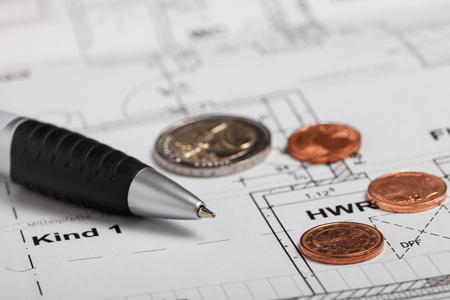 Pen en munten op een tekening