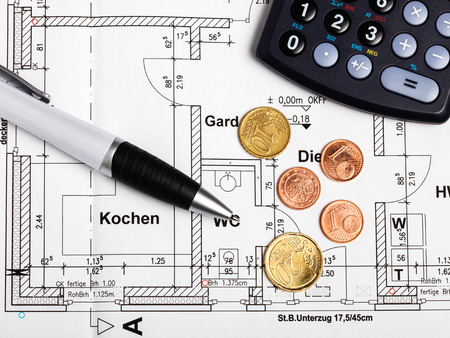 finanzen: Coins and pen on a drawing