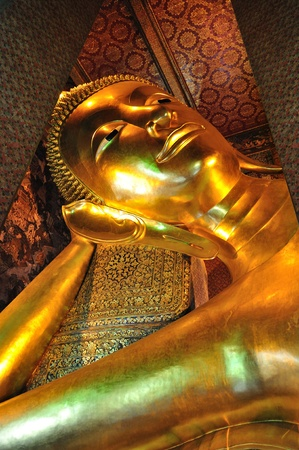 trone: the golden lying buddha in Wat Pho, bangkok thailand