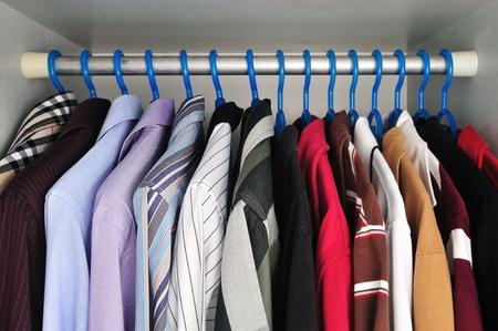 Shirts, die hängen Standard-Bild - 12552746