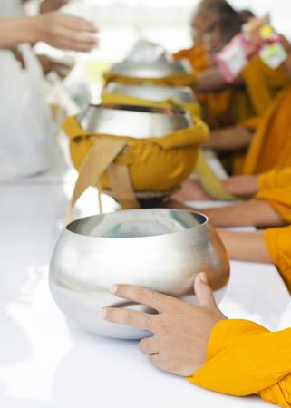 limosna: Cierre de limosnas de los monjes taz�n Foto de archivo