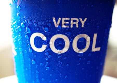 zomers drankje: ijs waterdruppel op blauwe kop zomer drank erg cool