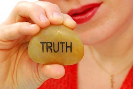 honestidad: Concepto de fotos para representar a hablar con integridad, para hablar con la verdad, la verdad. El foco está en la roca y la mano. Foto de archivo