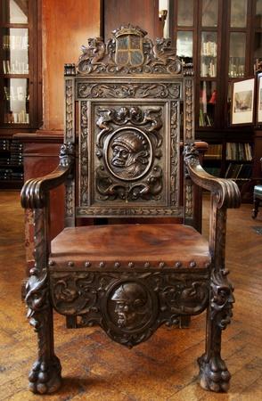 trono: Esta silla de madera antigua se encuentra en la gran biblioteca Garrison en Gibraltar.