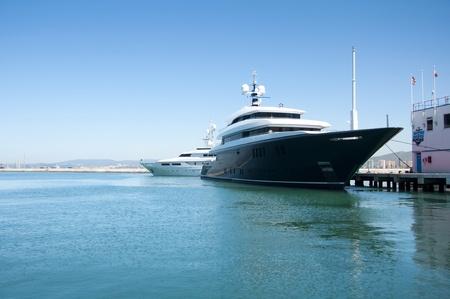 super yacht: Un super yacht ormeggiato nel complesso mondo Village famosa Ocean Gibraltars.