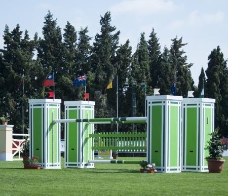 jumping fence: Un caballo saltando la cerca en un evento ecuestre internacional.