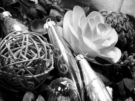 Basket of potpourri and Christmas ornaments. Banco de Imagens