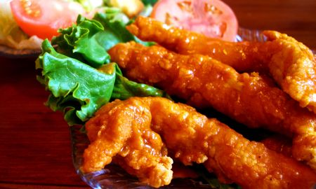 spicey: Spicey pollo gara antipasto con fetta di pomodoro e lattuga verde decorativo. Archivio Fotografico