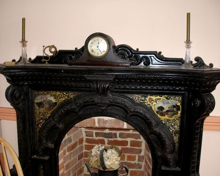 Ornate Mantle in Historic Home with Antique Decorative Period Pieces. Imagens - 842343