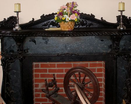 Black Fireplace Mantle in Historic Home with Antique Decorative Items Imagens - 842342