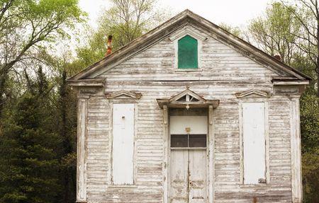 in disrepair: Vista di un vecchio 150 anni paese chiesa edificio in gran bisogno di vernice.