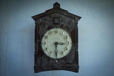 reloj cucu: Reloj de cuco de la antigüedad en la pared Foto de archivo