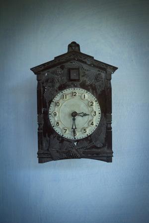 cuckoo clock: Reloj de cuco de la antig�edad en la pared Foto de archivo
