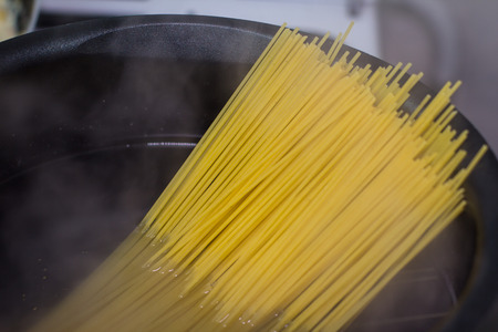 boiling: Spagetti in boiling water pot