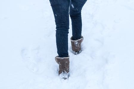 FotosRetratos Caminando Botas Nieve La A Través De Profunda 80wOPNnkXZ
