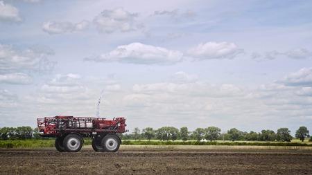 Machines agricoles sur un champ agricole. Machines agricoles conduisant sur un champ. Machine d'agriculture de ferme Banque d'images - 92494058