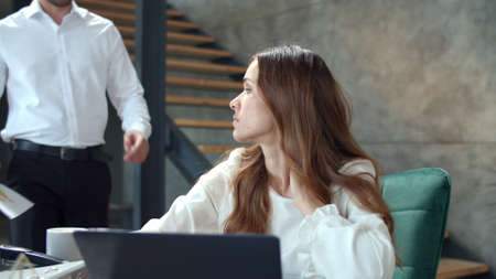 Angry boss throwing papers in front of secretary in slow motion. Angry male executive talking with female employee in modern office. Upset woman feeling stress at workplace. Banco de Imagens