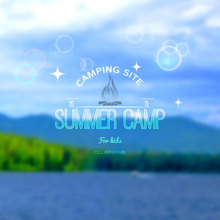 campamento: Campamento de verano insignias logotipos y etiquetas para cualquier uso. Cielo bosque de fondo borrosa. EPS10