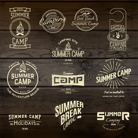 campamento: Campamento de verano insignias logotipos y etiquetas para cualquier uso, en textura de madera de fondo.