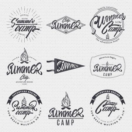 zomerkamp typografisch ontwerp merk gemaakt met behulp van een combinatie van de samenstelling van geometrische vormen, stralen, brieven, met de hand beschilderd met de hulp van belettering en kalligrafie vaardigheden