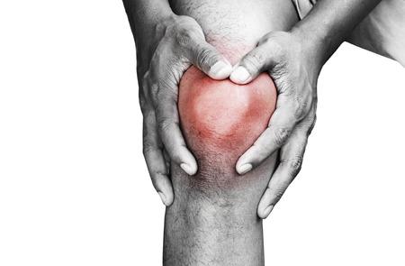 dolor rodillas: Hombre joven que tiene dolor en la rodilla Foto de archivo