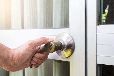 hand open the Door