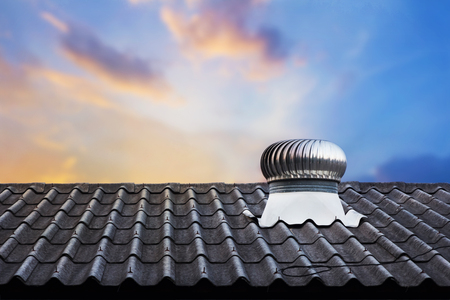 열 제어를위한 지붕 상단 환기 시스템 스톡 콘텐츠