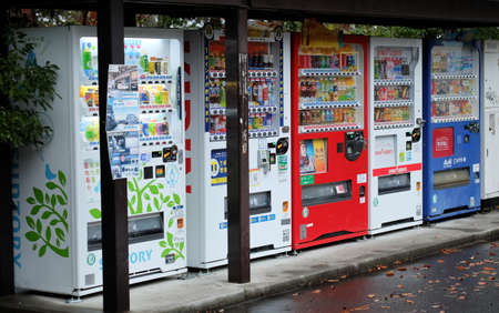 Vending machines can be found nearly everywhere in Japan. Vending machines can be operated at a low cost, requiring no employees to sell, unlike convenience stores. Redactioneel