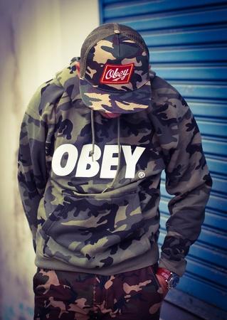 obey: Un chico con estilo obedecer Foto de archivo