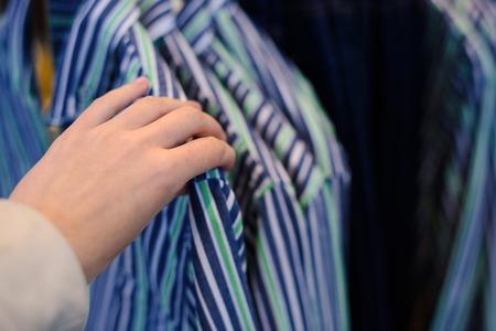 tienda de ropa: ropa usada tienda Foto de archivo