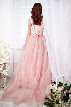 quarz: Gentle bride in a pink dress with beautiful flowers in rose quarz and serenity colors