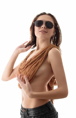 tetas: belleza de la mujer de moda en gafas de sol con las tetas en un fondo blanco